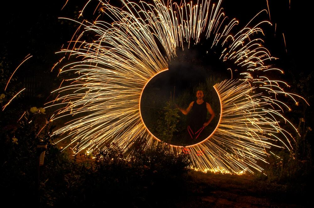 Feuerkünstler mit Funkenregen